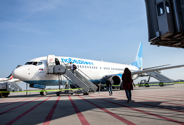 Авиакомпания «Победа» выполняет рейсы в Лейпциг по понедельникам, средам и пятницам. Средняя цена билета составляет 3 тысячи рублей. Однако нередко проездной документ можно приобрести и по фирменной цене «Победы» — за 499 рублей.