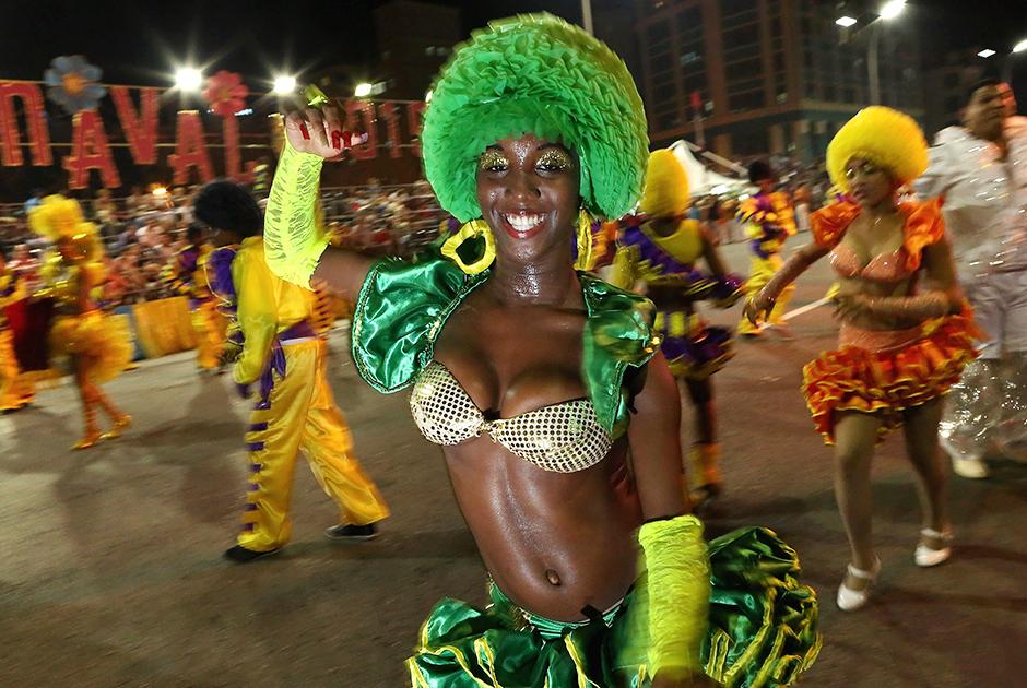 Чтобы справиться с растущей безработицей и социальной напряженностью, в 2010 году руководство страны разрешило кубинцам заниматься мелким бизнесом. На улицах Гаваны можно встретить танцовщиков, музыкантов, торговцев всякой всячиной, таксистов, фотографов, переводчиков. Все они теперь работают не на государство, а на себя.