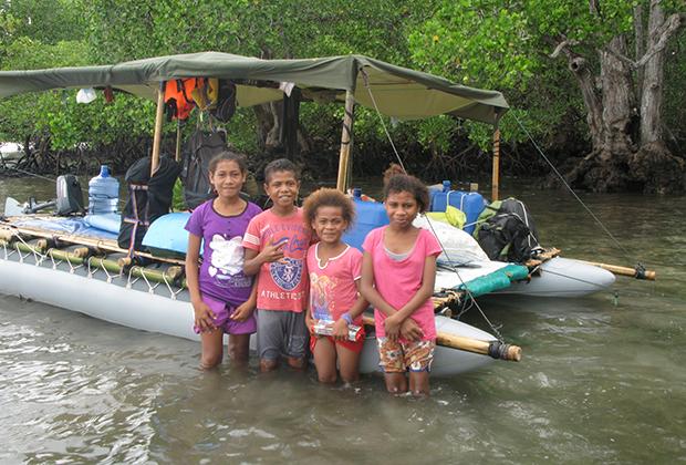 А пока лодка стояла у берега, каждый маленький житель деревни захотел ее потрогать