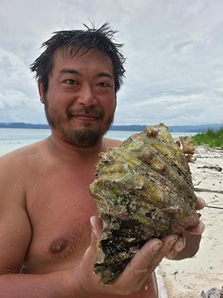 Кен ест все, что найдет в море или на берегу