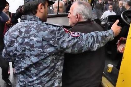 Водитель отказался помогать полиции и бросил автобус с задержанными в Ереване