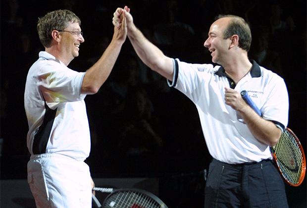 Билл Гейтс и Джефф  Безос после совместной игры в теннис в 2001 году