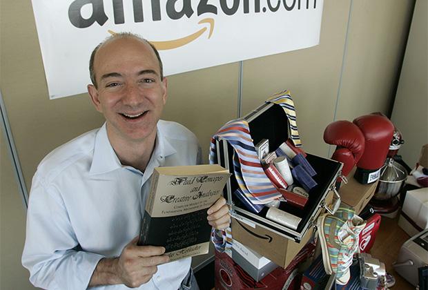 Джефф Безос держит в руках первую книгу, проданную на Amazon.