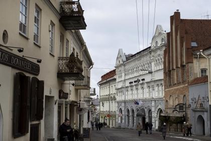 Мосты Вильнюса увешали свастиками