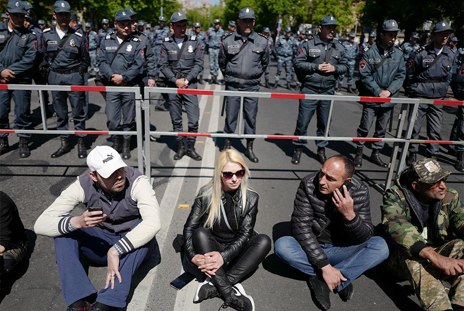 Активное противостояние сторонников оппозиции с полицией началось в Ереване 16 апреля. Тогда же в городе произошли первые столкновения протестующих с силами правопорядка. Митингующие планировали заблокировать здание Национального собрания (парламента) страны, где на 17 апреля были намечены выборы нового премьер-министра — экс-президента Сержа Саргсяна. Протестующих не подпустили к зданию парламента, а вечером того же дня на проспекте Баграмяна начался бессрочный митинг. <br><br> Недовольные возвращением Саргсяна граждане за две недели прошли пешим маршем от города Гюмри на севере страны до Еревана, преодолев более 200 километров. В пятницу, 13 апреля, оппозиционеры расположились в центре армянской столицы, на площади Франции. <br><br> 14 апреля около 100 протестующих ворвались в здание Общественного радио Армении, требуя предоставить им эфирное время. Власти на уступки не пошли и обесточили здание. Пашиняну не оставалось ничего другого, кроме как призвать своих сторонников вернуться на площадь Франции.
