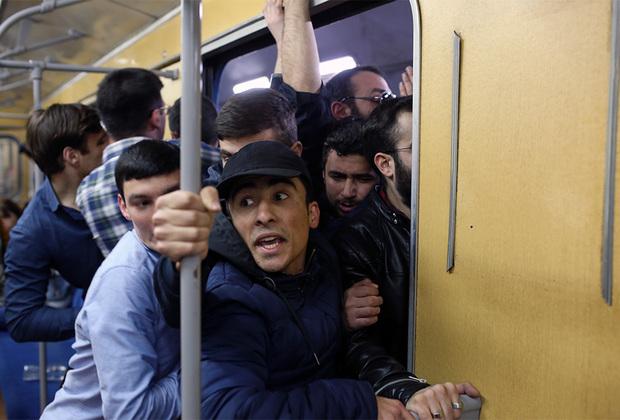 В воскресенье, 15 апреля, Пашинян объявил о проведении массовых акций гражданского неповиновения, которые начались на следующий день 16 апреля. Оппозиционер призвал жителей столицы блокировать все мосты, соединяющие окраины Еревана с центром, ложиться под автобусы и между дверями вагонов метро, обесточивать троллейбусы, бросать машины на проезжей части, чтобы полностью парализовать движение транспорта.