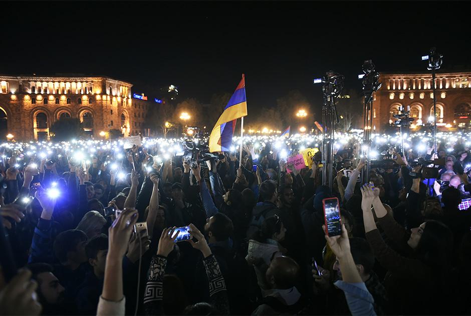 Вернувшись к единомышленникам, Пашинян заявил, что борьба будет продолжена. События 16 апреля он назвал «переломным моментом», заявив, что симпатии общества на стороне демонстрантов. «Сегодня мы встряхнули Ереван и другие города республики. Я призываю, чтобы завтра жители всех городов и сел вышли на улицы, перекрыли все республиканские трассы. Призываю также все вузы и школы объявить общереспубликанскую забастовку», — сказал Пашинян.