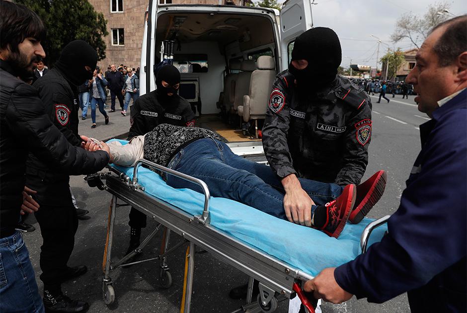 Никол Пашинян, находящийся в полицейском участке, анонсировал очередной митинг на площади Республики. «Призываю граждан выйти на улицу, и, будучи приверженными духу гражданского неповиновения, продолжить децентрализованную борьбу», — заявил он. <br><br> При разгоне протестующих полиция на этот раз активно использовала спецсредства — в частности, были применены светошумовые гранаты, дубинки. Некоторые свидетели говорили о применении газовых баллончиков, но не уточняют, кем именно. Как минимум семь человек были госпитализированы.