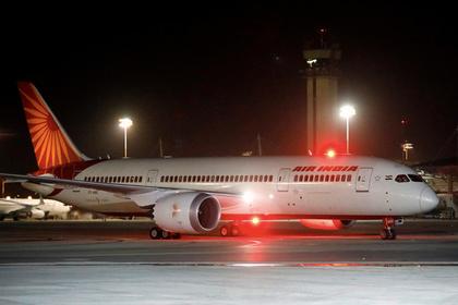 У самолета Air India турбулентностью выбило иллюминатор