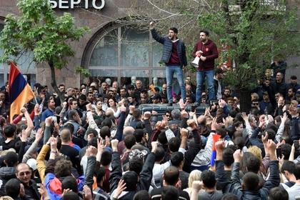 Десятки тысяч человек вышли на антиправительственный митинг в Ереване