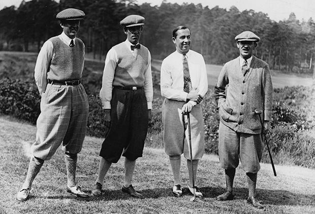 В 1920-е годы законодателями моды в гольфе по-прежнему были британцы. Эта фотография сделана во время международного турнира между сборными США и Великобритании, но все игроки одеты в общем стиле: гольфы, никеры, шерстяные жилетки и неизменные твидовые кепки.