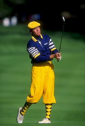 Пейн Стюарт и один из его культовых «луков»: кепка, никеры и гольфы будто из 20-х и сочетание ярко-желтого и синего цветов, характерное для 70-х. Турнир в Пеббл-Бич, 1993 год.