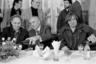 Бывший президент СССР Михаил Горбачев (в центре) угощает популярных в России французских кинозвезд Пьера Ришара (слева) и Жерара Депардье (справа) на приеме в «Горбачев-фонде» в честь их приезда в Москву.