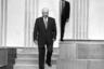Начальник службы охраны президента Александр Коржаков наблюдает из-за кулис зала Большого Кремлевского дворца за тем, как Борис Ельцин направляется на встречу с Биллом Клинтоном.
