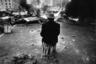 Старик сидит на ящике перед горящей баррикадой во время октябрьских событий 1993 года — попытки государственного переворота, расстрела здания Верховного Совета.
