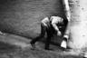 Мужчина с разбегу врезался в водосточную трубу.