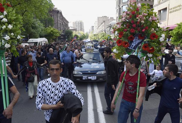 Символические похороны Саргсяна. На крыше автомобиля установлен гроб с портретом Чебурашки (такое прозвище бывший президент и премьер получил из-за больших ушей)