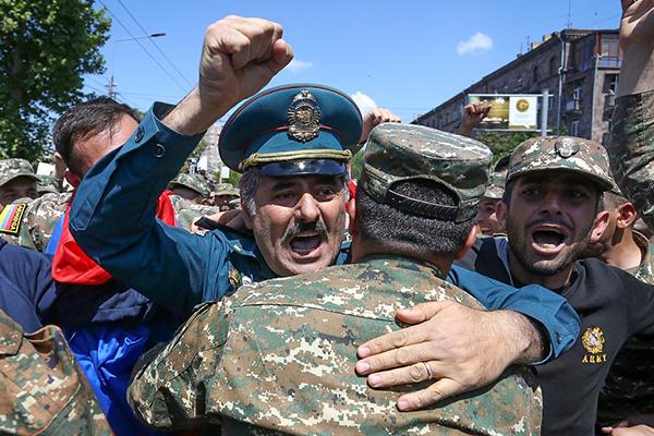 «Лента.ру»: Армяне прогнали Саргсяна. Празднует вся страна