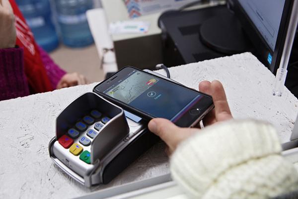 МКБ подключил своих клиентов к Apple Pay