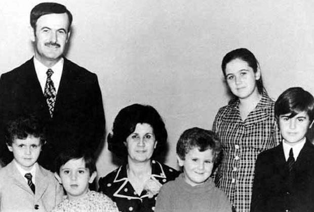 Семья Асадов. Слева направо: Хафез Асад (отец), Башар, Махер (брат), Аниса Махлуф (мать), Маджид (брат), Бушра (сестра) и Басиль (брат), 1970-е гг.