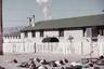 Сельские школьники тренируются в применении защитных мер «пригнись и накройся» на фоне реального взрыва атомной бомбы. Фотография сделана в городе Индиан Спрингс (штат Невада), расположенном в 40 километрах от эпицентра взрыва авиабомбы мощностью 31 килотонна.