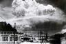 Атомный гриб над Нагасаки спустя 15 минут после взрыва бомбы Fat Man («Толстяк») мощностью 20 килотонн. Снимок сделан с острова Кояги, находящегося на расстоянии 10 километров от эпицентра взрыва.