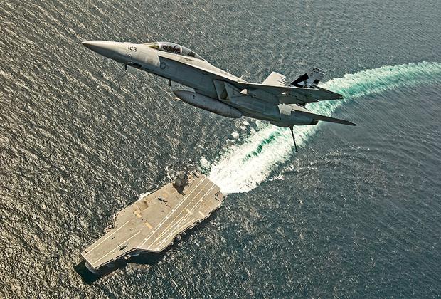 Атомный авианосец Gerald R. Ford ВМС США получили в июне 2017-го. Спущен на воду в 2013-м. Корабль считается самым дорогим в мире (13 миллиардов долларов). Gerald R. Ford стал первым авианосцем одноименного типа, который должен заменить линейку Nimitz. На корабле предусмотрено размещение более 4,5 тысячи военных и 75 самолетов, он оснащен зенитными ракетами «корабль-воздух» средней дальности RIM-162 ESSM, корабельным зенитно-ракетным и зенитно-артиллерийским комплексами. Длина корабля — 332,8 метра, ширина — 40,8 метра (ватерлиния), 78 метров (полетная палуба). Максимальная скорость составляет 30 узлов. Предполагаемый срок службы — не менее 50 лет.