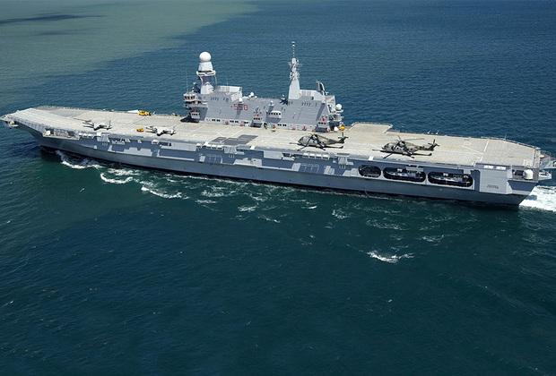 Итальянский авианосец Cavour спущен на воду в 2004-м, введен в эксплуатацию в 2007-м. В длину достигает 244 метра, в ширину — 39 метров. Допускает размещение 8 штурмовиков вертикального взлета и посадки McDonnell Douglas AV-8B Harrier II или 12 вертолетов AgustaWestland AW101.