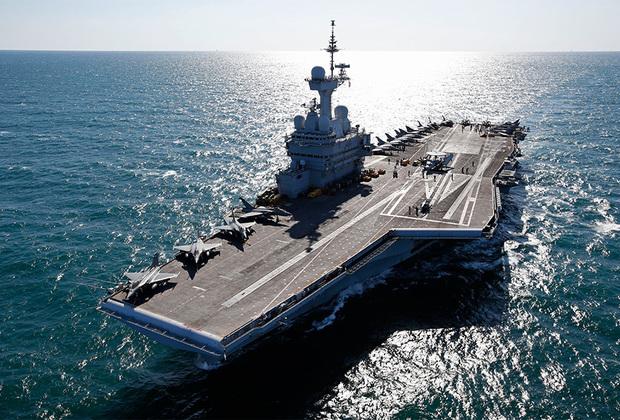 Единственный действующий французский авианосец Charles de Gaulle также является единственным неамериканским кораблем такого типа с атомной силовой установкой. Спущен на воду в 1994-м, введен в эксплуатацию в 2001-м. В длину достигает 261,5 метра, в ширину — 64,36 метра. Максимальная скорость — до 27 узлов. Корабль способен переносить до 40 истребителей, вертолетов и беспилотников.