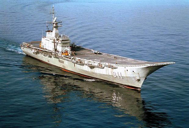 Легкий Chakri Naruebet является единственным таиландским авианосцем. Корабль также считается самым малым в своем классе среди действующих. Спущен на воду в 1996-м, введен в эксплуатацию в 1997-м. Построен испанской судостроительной компанией Navantia и впоследствии модернизирован шведской SAAB. Авианосец выполняет скорее декоративную, чем военную роль.