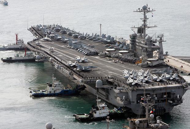 Американский John C. Stennis — седьмой корабль типа Nimitz. Спущен на воду в 1993-м, введен в состав флота в 1995-м. В 2012 году главнокомандующий армии Ирана настоятельно призвал John C. Stennis «не возвращаться в Персидский залив». Авианосец вернулся и спас экипаж иранского рыболовецкого судна, попавшего к пиратам.