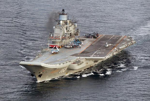 В настоящее время ВМФ России располагает одним авианосцем. Тяжелый авианесущий крейсер «Адмирал Флота Советского Союза Кузнецов» заложен в 1983 году, а в 1991-м зачислен в состав Северного флота. Введен в эксплуатацию только в 1995 году. Рассчитан переносить около 50 самолетов и вертолетов, несет 12 пусковых установок 4К-80 тяжелых ракет «Гранит», 8 зенитных ракетно-артиллерийских комплексов «Кортик» и 24 зенитных ракетных комплексов «Кинжал». Наибольшая длина авианосца достигает 306 метров, ширина — 72. В 1990-е и 2000-е корабль неоднократно ремонтировался. «Адмирал Кузнецов» в ноябре 2016 года принял участие в своей первой боевой операции (в Сирии) и, к сожалению, потерял два самолета (МиГ-29К и Су-33). В настоящее время находится на ремонте. Авианосец получит улучшенную систему противовоздушной обороны и комплексы морского исполнения «Панцирь», а также новое энергетическое оборудование. В строй корабль должен вернуться в 2021 году.