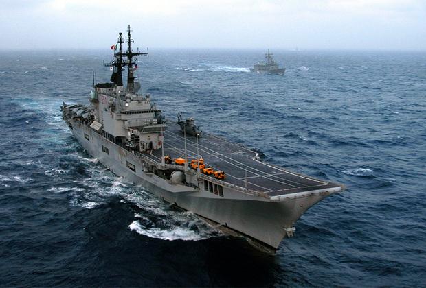 Итальянский авианесущий крейсер Giuseppe Garibaldi спущен на воду в 1983-м, а введен в эксплуатацию в 1985-м. Корабль способен нести до 16 самолетов или 18 вертолетов. Принимал участие в операциях в Сомали, Афганистане, Косово и Ливии.