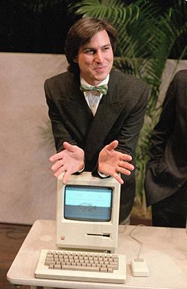 Самый молодой участник списка Forbes Стив Джобс представляет новый персональный компьютер Macintosh 24 января 1984 года в штаб-квартире Apple в Купертино. Как и подобает настоящему яппи, Стив одет с иголочки, а в его гараже стоят Porsche 928 и Mercedes-Benz SL.