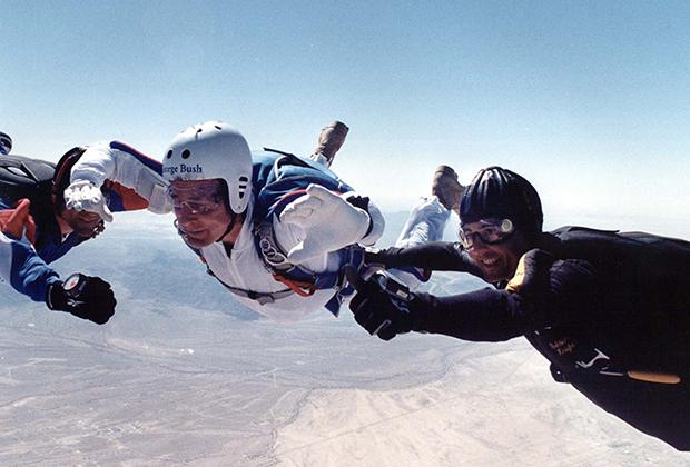 После окончания политической карьеры Буш-старший стал прыгать с парашютом