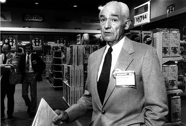 Сэм Уолтон на конференции менеджеров Wal-Mart в 1984 году. Если бы Сэм дожил до наших дней, то все равно был бы самым богатым человеком в мире —суммарное состояние его наследников на 20 миллиардов больше, чем у главы Amazon Джеффа Безоса.