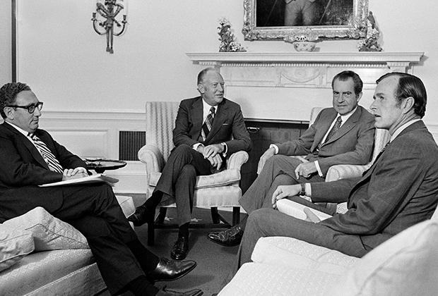 Президент Ричард Никсон назначил Джорджа Буша представителем США при ООН