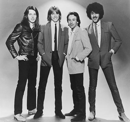 Ирландская хард-рок группа Thin Lizzy — будто пришельцы из прошлого. Брюки-дудочки, узкие галстуки и длинные волосы — в 1980-м году, когда сделана эта фотография, все это уже не было мейнстримом.