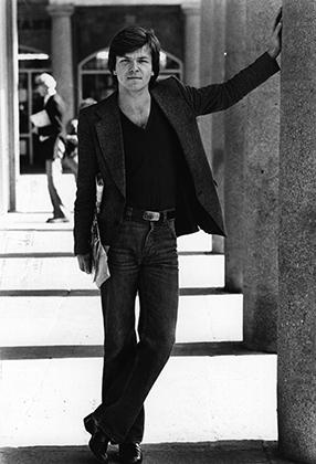 Одна из революций 1980-х годов — сочетание джинсов с пиджаком и футболкой.