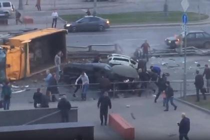 Грузовик с щебнем снес две легковушки и перевернулся в Москве