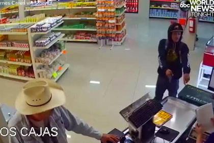 Ковбой обезвредил вооруженного грабителя голыми руками и попал на видео