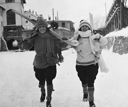 В 1920-е годы в состоятельных американских кругах, а затем и в Европе появились так называемые flappers и tomboys — девушки-мальчики, которые, пользуясь завоеваниями суфражисток, позволяли себе носить короткие стрижки, брюки, в которых было гораздо удобнее заниматься спортом, нежели в длинных юбках, курить и посещать джаз-клубы. Tomboys стали наглядным выражением «феминизма в стиле».