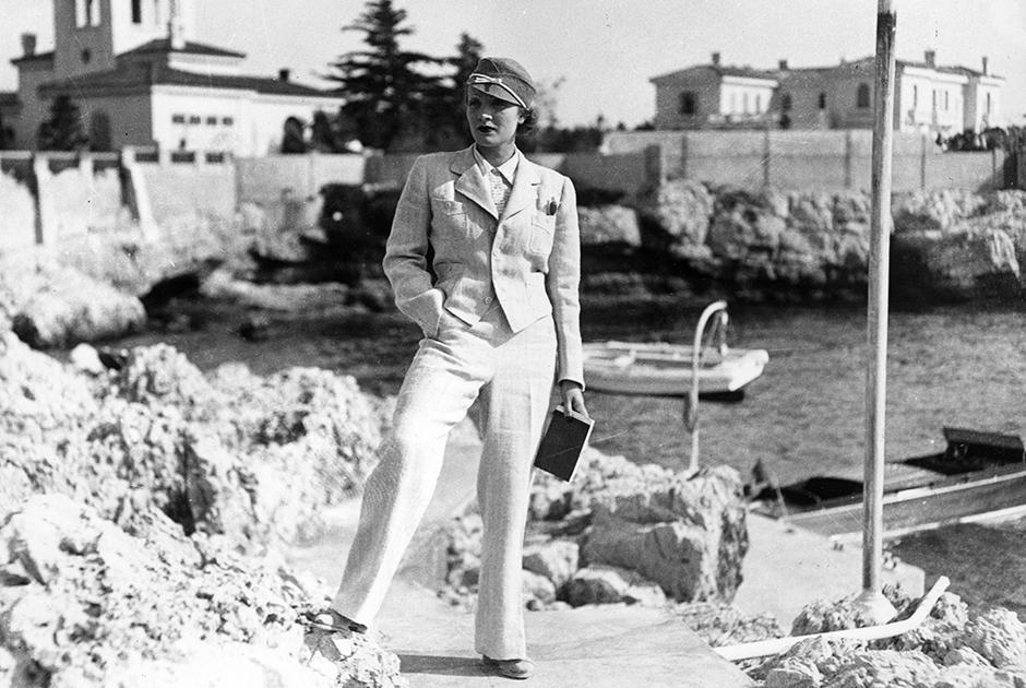 Настоящей «проповедницей» брюк в женском гардеробе в те времена, когда это казалось скандальной экстравагантностью, была голливудская звезда немецкого происхождения Марлен Дитрих. Она носила брюки со смокингом, пиджаком и кителем и предпочитала классические фасоны, а также широкие и длинные, закрывающие обувь из тонкой струящейся ткани модели, которые в ее честь называли «а-ля Дитрих».
