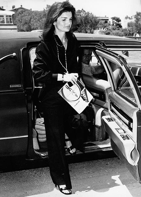 Жаклин (Джеки) Кеннеди еще в бытность женой президента США Джона Кеннеди стала первой супругой лидера крупной мировой державы, позволявшей себе появляться в брюках на публике. Когда Джеки овдовела и вторично вышла замуж за миллионера Аристотеля Онассиса, она не изменила своей любимой одежде, покупая брюки у ведущих французских и итальянских модельеров.