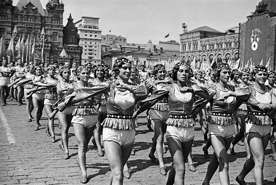В России после Октябрьской революции, в 1920-1930-е годы, права женщин соблюдались как нигде в мире: им можно было делать аборты, рожать детей вне брака, учиться и работать наравне с мужчинами. Легализовались и брюки, и даже шорты — правда, только в спортивном варианте. Но в спортивных трусах можно было даже пройти по главной площади страны.