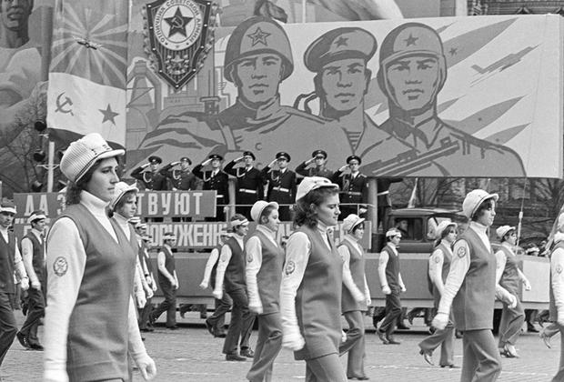 После войны в СССР ношение женщинами брюк вне спортивной площадки, стройки или цеха на промышленном предприятии не приветствовалось. Вообще отношение власти к правам женщин изменилось: в 1950-е было существенно ограничено право на аборт и длительность декретного отпуска. Однако в годы оттепели вместе с относительной либерализацией режима брюки вернулись в моду — сначала в Москве, Ленинграде и столицах прибалтийских республик, затем и в других крупных городах.