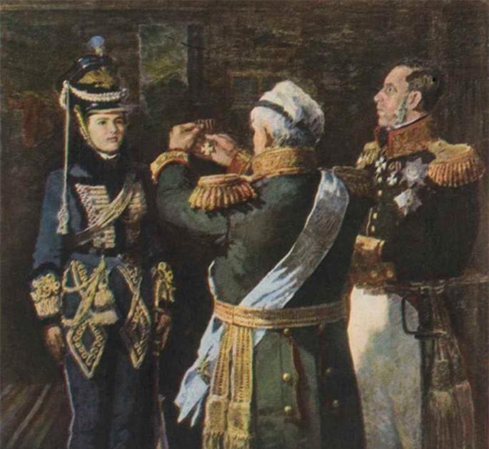 Русская дворянка Надежда Дурова с самых ранних лет стремилась к военной карьере. Несмотря на брак по настоянию семьи и рождение сына, Дурова оставила мужа, а затем, переодевшись в мужскую одежду, поступила на службу в кавалерийский полк. Участвовала в кампаниях  1805-1807 и 1812-1814 годов, в Бородинском сражении. Была награждена солдатским Георгиевским крестом за спасение раненого офицера. После выхода в отставку в 1816 году жила в родительском доме, затем в доме брата в Елабуге, продолжая одеваться по-мужски и говорить о себе в мужском роде до самой смерти.
