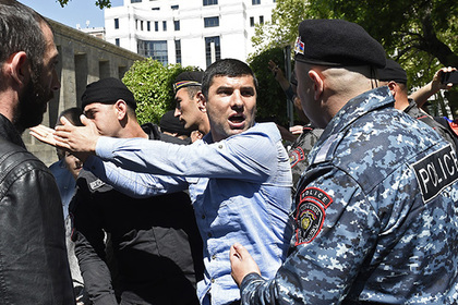 Протестующие в Ереване пришли к штаб-квартире правящей партии