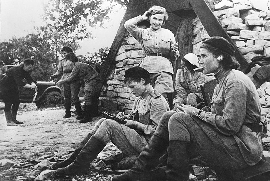 Великая Отечественная война превратила советских женщин в военнослужащих. Многие солдаты и офицеры-женщины предпочитали даже в армии носить форменную юбку, но летать в самолете и прыгать с парашютом в юбке было неудобно. Летчицы легендарного женского 46-го гвардейского авиационного полка носили не только пилотские комбинезоны в кабине самолета, но и брюки с сапогами и гимнастерками — на земле, во время кратких перерывов между полетами.
