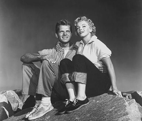 Секс-символ второй половины 1950-х — начала 1960-х годов, кинозвезда Мэрилин Монро охотно и много снималась и позировала в брюках всех фасонов: облегающие подвернутые джинсы, классические брюки со стрелками и полосатые капри с высокой талией подчеркивали ее тонкую, в сравнении с пышными бедрами, талию, обтягивали упругие ягодицы и открывали узкие щиколотки.
